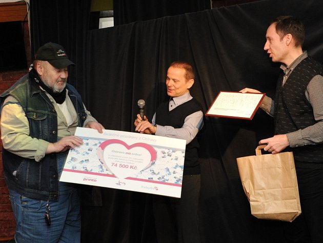 Ludvík Hess (vlevo) od Tomáše Čichoně (uprostřed) a Daniela Zabka z firmy Printo přebírá šek na částku 74 500 korun.