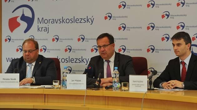 Jan Mládek (na snímku uprostřed) při návštěvě krajského úřadu v Ostravě. Vlevo hejtman kraje Miroslav Novák, vpravo Karel Kučera.