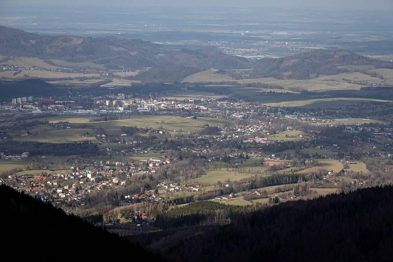 Panoramatická Stezka Valaška pod vrcholem Tanečnice na Pustevnách v Beskydech, 14. března 2020.