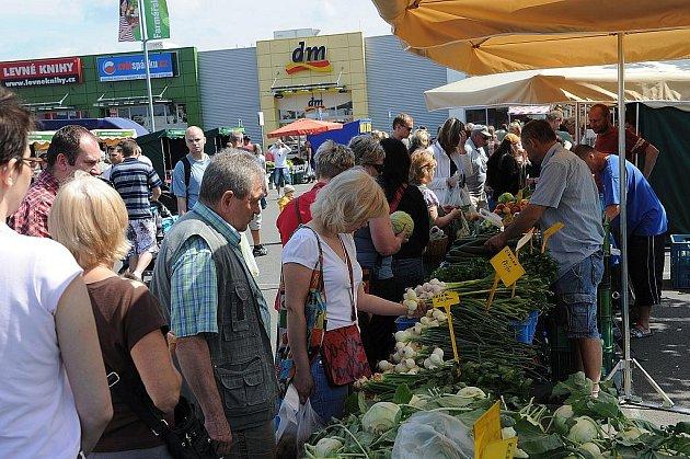 Farmáři v sobotu dopoledne opět zaplnili parkoviště u nákupního centra Futurum.