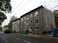 V Heřmanické ulici ve Slezské Ostravě se staví nové komunitní centrum pro seniory. Hotovo bude do konce letošního roku.
