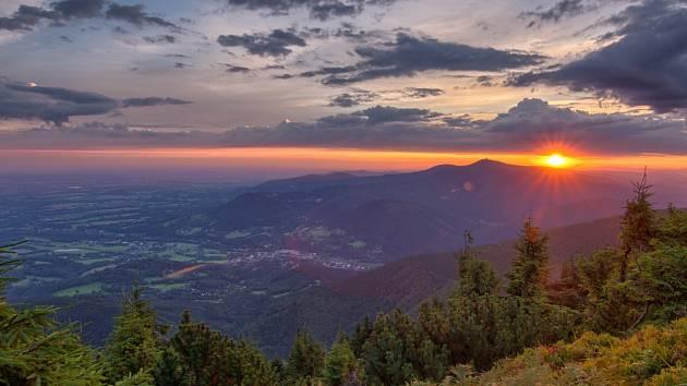 KRÁSA HOR. Jeden ze stovek tisíců snímků z časosběrného Hutyrova beskydského videa zachycuje Lysou horu.