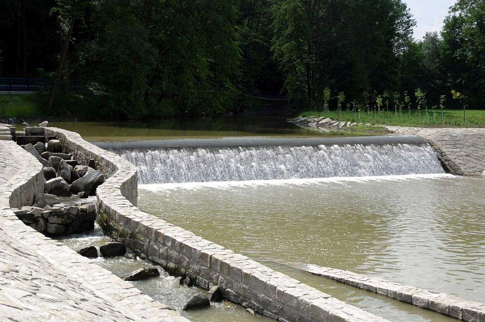 Přes CHKO Poodří je koryto řeky dotčeno zásahy do jeho břehů minimálně; existují zde jen 4 pevné jezy, vesměs k zásobení rybníků a energetickému využití. Rekonstruovaný jez v Bernarticích v km 68,9 s rybím přechodem