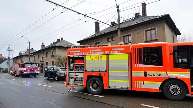 Škodu za dvě stě tisíc korun způsobil požár, který ve čtvrtek ráno zachvátil vozidlo BMW X5 zaparkované v Heřmanické ulici ve Slezské Ostravě.