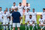 Fotbalisté Baníku v čele s Milanem barošem pozorně poslochali instrukce při společném focení.