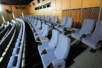 Kino Luna. Stará, nevyhovující sedadla nahradila moderní a pohodlnější, úpravou prošly i podlahy a osvětlení a nový vzhled dostala také pokladna.