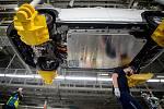 Automobilka Hyundai zahájila v Nošovicích sériovou výrobu elektromobilu Kona Electric, 12. března 2020. Montáž baterie.