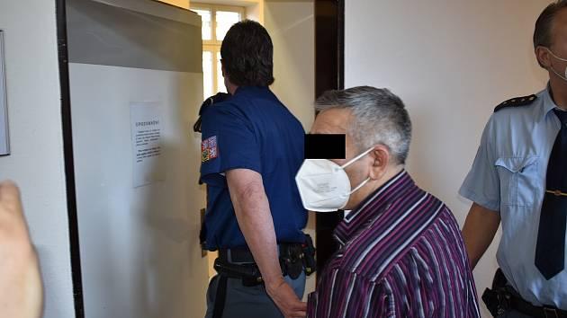 Muži v případě uznání viny hrozí pět až deset let vězení.