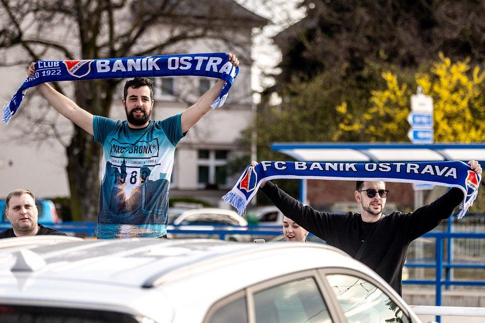 Utkání 26. kolo první fotbalové ligy: FC Baník Ostrava – SFC Opava, 10. dubna 2021 v Ostravě. Fanoušci FC Baník Ostrava před Městským stadionem Vítkovice.