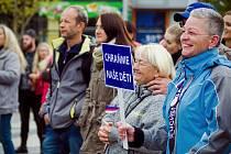 Nedělní demonstrace v Ostravě přilákala především rodiny s dětmi a starší lidi.