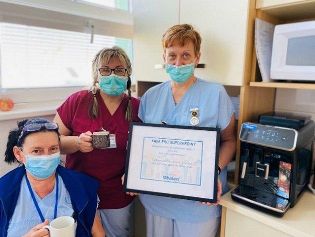Vladimíra Bjelková (včerveném), sestra Kliniky plicních nemocí a tuberkulózy, která pracuje vnově vzniklém Covid centru FNO.