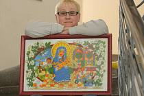 VÝSTAVA. Šárka Mrvová s jedním ze svých obrazů vytvořených technikou podmalby na skle. Přestože tento motiv je církevní, je to spíše výjimka. Další obrazy, které si budou moci od pátku zájemci v Café Sedmé nebe prohlédnout, mají světskou tematiku.