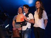 Snímek z tiskové konference, kde ředitelka festivalu Zlata Holušová prezentovala taháky Colours of Ostrava 2016.
