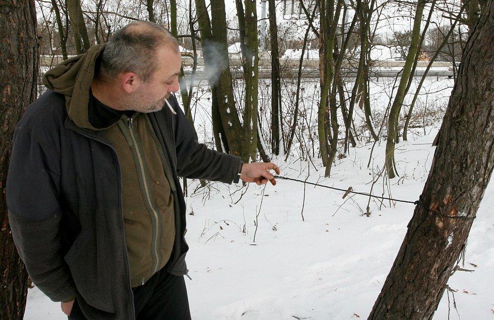 Martin bivakuje zima nezima venku, v porostu mezi Porubou a Polankou v Ostravě, kde je řada starých pozůstatků i po táboření dalších bezdomovců, dnes už prakticky všech mrtvých.