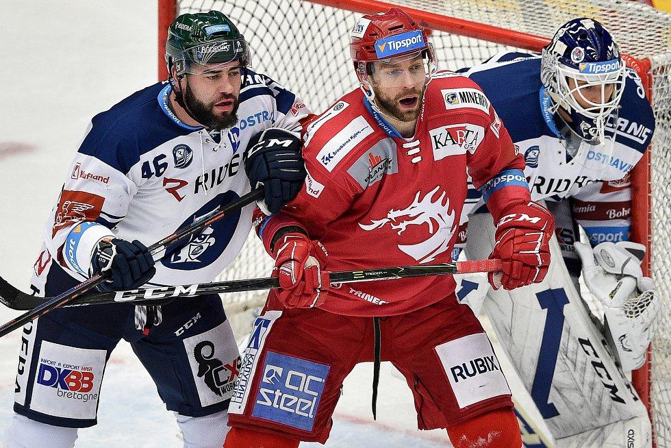 Utkání 3. kola hokejové extraligy: HC Oceláři Třinec - HC Vítkovice Ridera, 15. prosince 2020 v Třinci. (zleva) Roman Polák z Vítkovic a Tomáš Marcinko z Třince.
