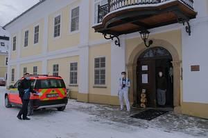 """Téměř 3,5 tisíce dávek vakcíny Moderna rozvezli během čtvrtku 14.1.2021 celkem 41 """"očkovacím"""" subjektům vMoravskoslezském kraji, především domovům pro seniory, zdejší profesionální (HZS MSK) a dobrovolní hasiči."""