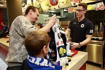 V Avion Shopping Parku v Ostravě obsluhovala trojice hokejistů extraligových Vítkovic - brankářská jednička Daniel Dolejš společně s obránci Lukášem Klokem a Janem Štenclem.