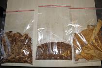 Policisté při domovních prohlídkách zajistili i řezané tabákové listy.