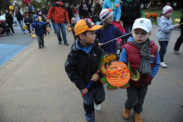 Desítky malých dětí přišly ve středu vpodvečer vdoprovodu rodičů ke kruhovému objezdu na porubské Hlavní třídě.
