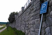 Dopravní značku nechal vandal opřenou o zeď na břehu Ostravice