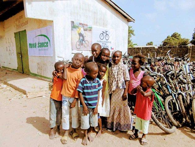 Děti z Gambie. Ke kolu dostaly i reflexní vestu.