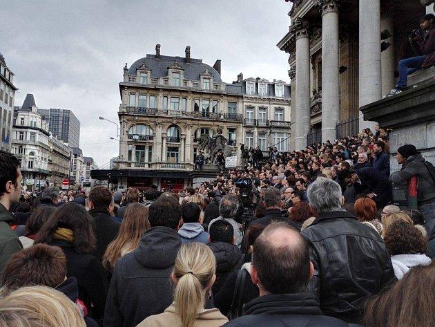 Den po tragické události lidé uctili minutou ticha památku obětí úterních událostí na náměstí Place de la Bourse. Mezi přítomnými byli i muslimové.