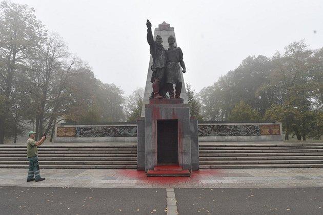 Posprejovaný památník vOstravě.