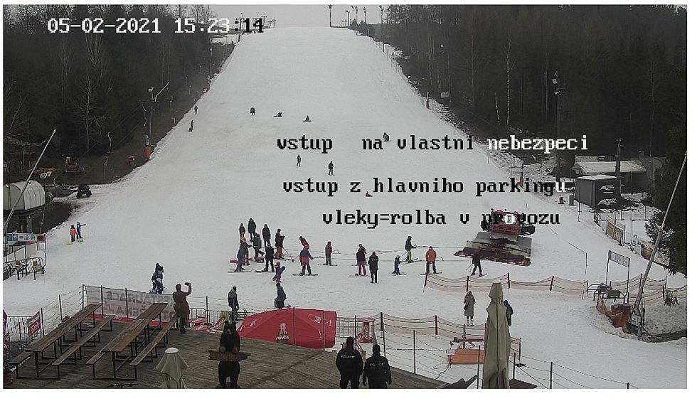 Provozovatelé ski areálů vyváží lyžaře rolbou na kopec, 5. února 2021 v Horní Lhotě.