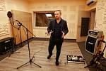 Evžen Hofmann při rozhovoru v nahrávacím studiu.