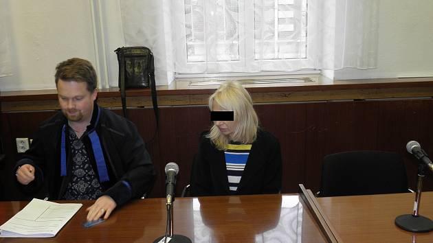 Lékárnice (na snímku z jednání u ostravského krajského soudu) stráví ve vězení pět místo původně uložených osmi let.