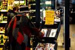 Senioři od 65 let, pro které vláda ČR kvůli karanténě vymezila dobu nákupu od 7 do 9 hodin, při svých ranních nákupech v Ostravě.