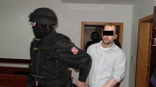 Romana P., který se pokusil o útěk z vazební věznice v Ostravě, doprovodila k soudu vězeňská eskorta.