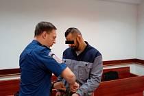 Muž (na snímku z jednání u okresního soudu) se čtvrtečního odvolacího řízení nezúčastnil.