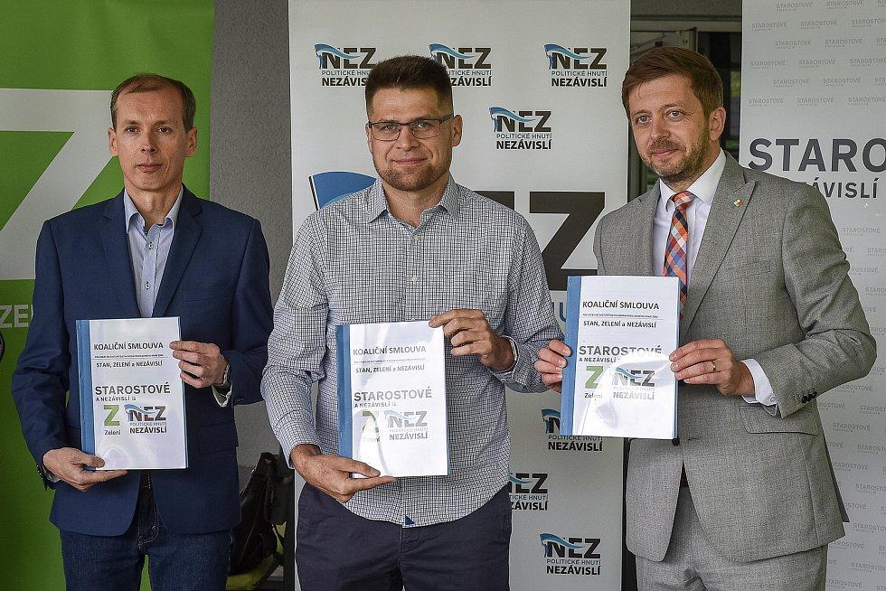 Do podzimních krajských voleb vstoupí nová koalice STAN, Zelení a Nezávislí. Na snímku zleva Martin Polášek (Nezávislí), Michal Berk (Zelení) a Vít Rakušan (STAN).