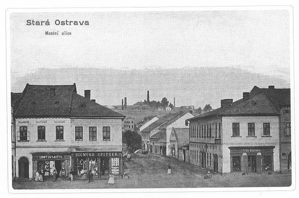 Takovou podobu měla východní část hlavního ostravského náměstí, na místě obchodu Sigmunda Spitzera je dnes obchodní dům Baťa.
