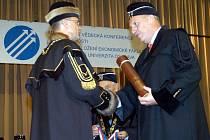 Na konferenci pořádané Ekonomickou fakultou VŠB-TU převzal čestný doktorát hejtman Evžen Tošenovský