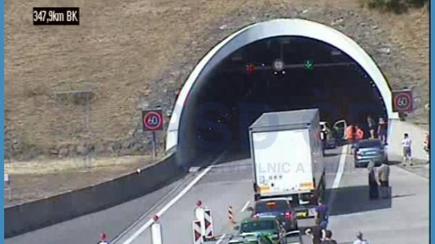 Motoristé čekají před uzavřeným tunelem u Klimkovic.