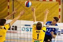 S bloky ústeckých volejbalistů Jana Vodvárky (15) a Martina Macha (1) si Adam Záhorský (8) poradil bez problémů. Ostrava vyhrála 3:1 a střídající smečař se postaral o tři body.