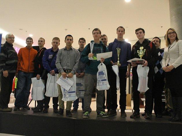 Skupinová fotografie nejlepších účastníků soutěže a jejích organizátorů.