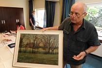 Jan Nízký, expert výtvarného umění z Dorothea, pečlivě zkoumá obraz.