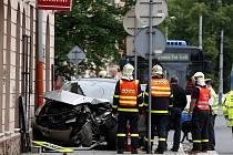 Řidič osobního vozidla nedal přednost autobusu, který jej po nárazu odhodil na značku a zeď obchodu.