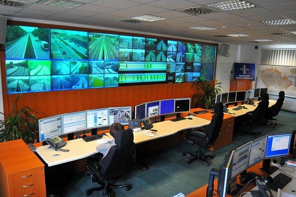 CENTRÁLNÍ MOZEK DOPRAVY. Veškeré informace oudálostech na cestách vČesku se sbíhají do Národního dopravního informačního centra, jež se nachází událnice vOstravě-Přívoze.