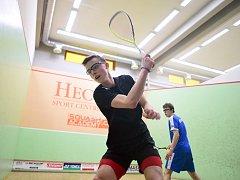 Šestnáctiletý ostravský squashista Viktor Byrtus si hlídá post nejlepšího evropského juniora do 17 let, ale dokáže porážet starší a daleko zkušenější soupeře.