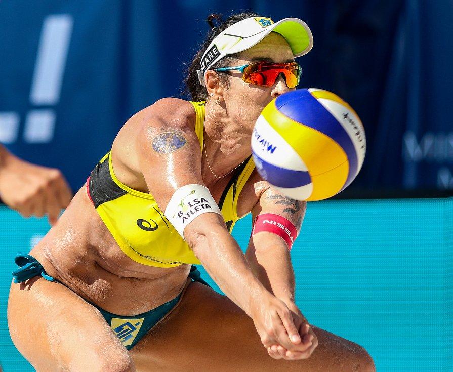 Semifinále žen USA - Brazílie. FIVB Světové série v plážovém volejbalu J&T Banka Ostrava Beach Open, 2. června 2019 v Ostravě. Na snímku Agatha Bednarczuk (BRA).