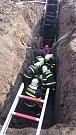 První pomoc poskytli hasiči dělníkovi přímo na dně příkopu. Poté jej museli opatrně vyzvednout na povrch.