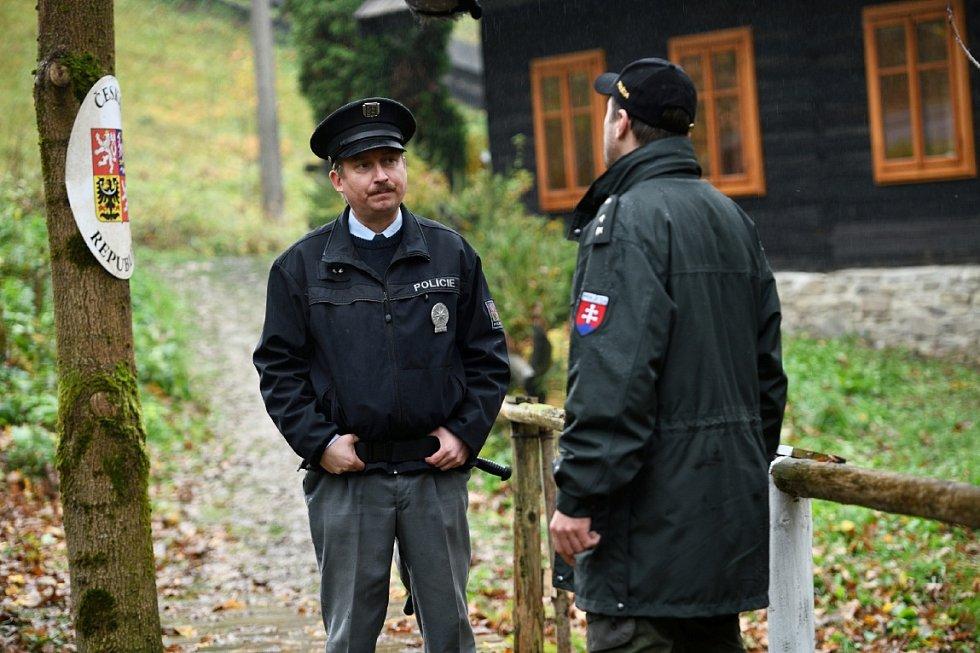Snímek z natáčení seriálu Strážmistr Topinka.