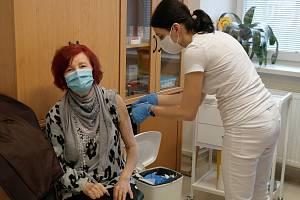 Státní zdravotní ústav v Ostravě. Zde dostává paní Terezia ze sídliště Hrabůvka svou první dávku vakcíny proti čínské nákaze.