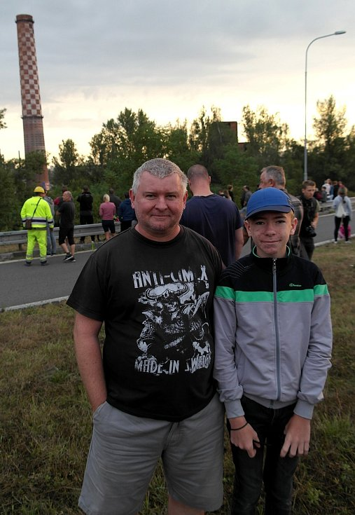 Na odstřel vítkovického komínu Strakáč, 3. srpna 2019 v Ostravě se přišly podívat i celé rodiny.