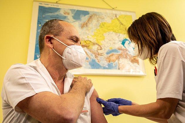 Ve Fakultní nemocnici Ostrava začalo 29.prosince 2020očkování proti nemoci  Covid-19.Mezi prvními byli naočkováni přednosta a vrchní sestra Kliniky infekčního lékařství.