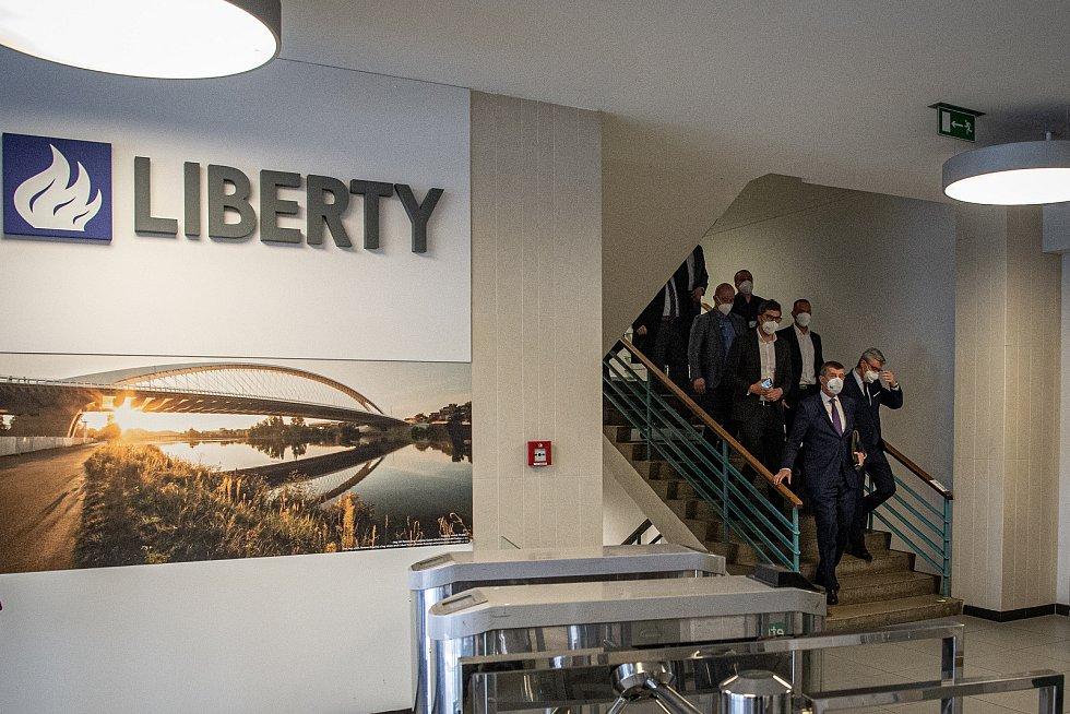 Tiskový briefing po jednání se zástupci skupiny Liberty a odboráři, 16. dubna 2021 v Ostravě. (vpravo) Předseda vlády Andrej Babiš a vicepremiér Karel Havlíček.